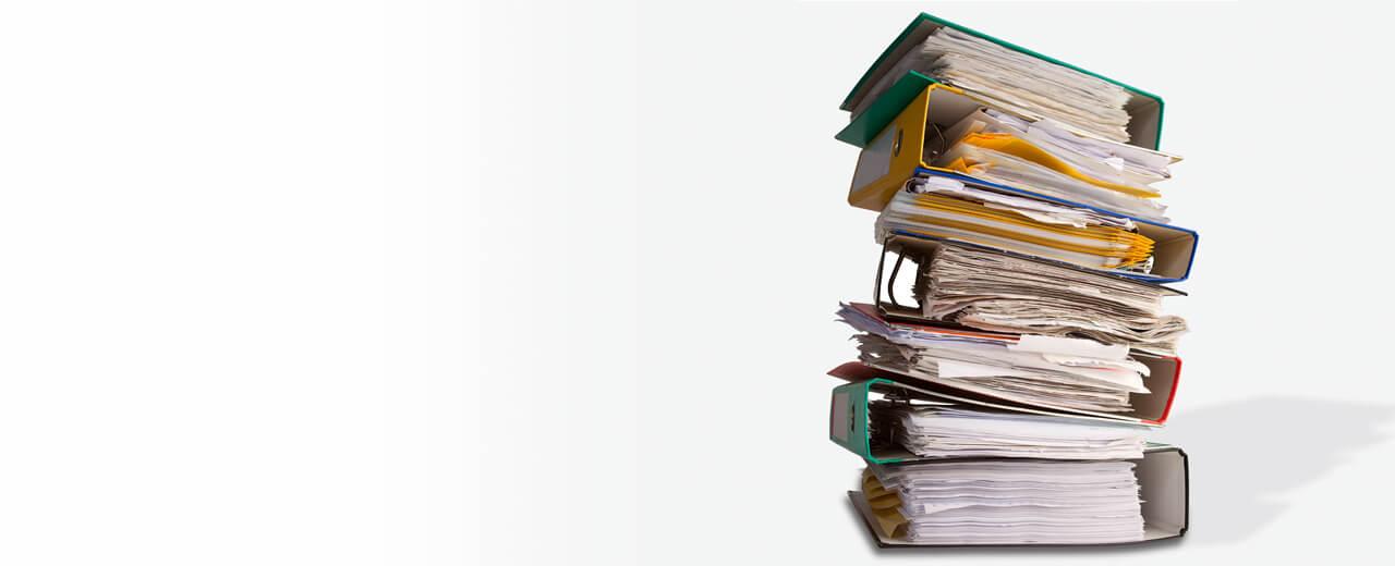 Akten scannen Ein Stapel von Ordnern mit Dokumenten