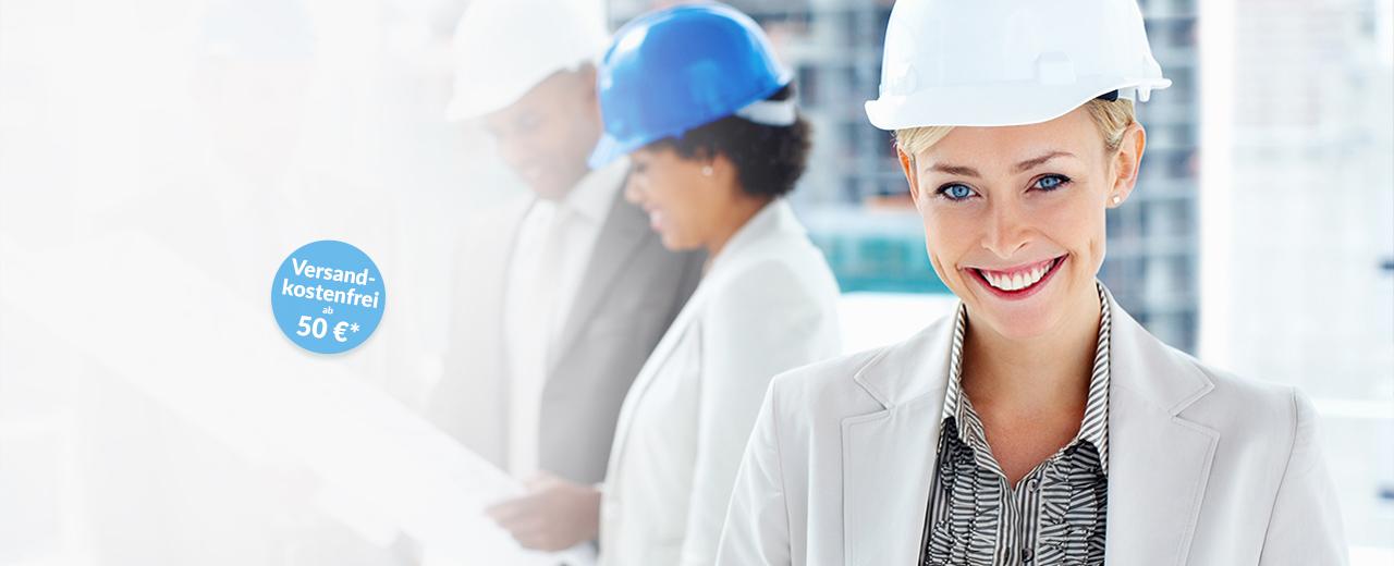 CAD-Plots Ein Bauleiterin mit weißem Helm lächelt