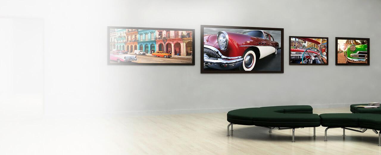 Eine Fotoausstellung mit großformatigen Drucken