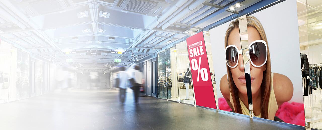Eine Fensterfolie in einem Shoppingcenter