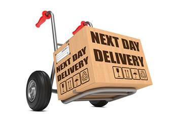 Lieferung Eine Sackkarre transportiert ein Expresspaket
