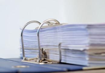 Unterlagen im Ordner geheftet zum scannen