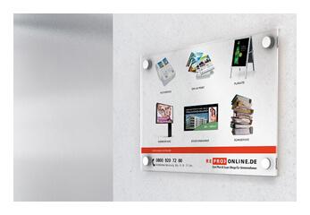Geschäftsschilder Eine transparente Plexiglasplatte hängt im Flur
