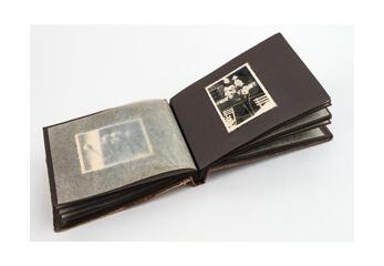 Ein altes aufgeschlagenes Fotoalbum