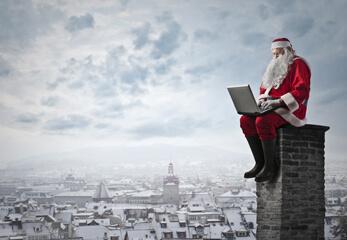 Santa Claus sitzt auf einem Schornstein
